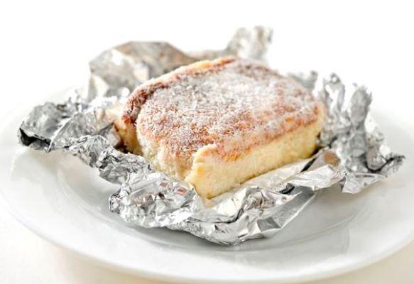 Corte o bolo em pedaços e enrole no papel alumínio. (Foto Ilustrativa)