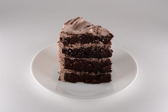 O bolo de chocolate tem um custo bem mais acessível do que os ovos. (Foto Ilustrativa)