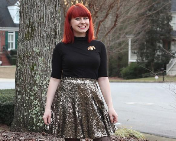 Combine a saia paetê com uma blusinha neutra. (Foto Ilustrativa)