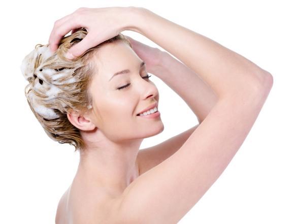 Encontre um shampoo capaz de limpar sem ressecar os fios. (Foto Ilustrativa)