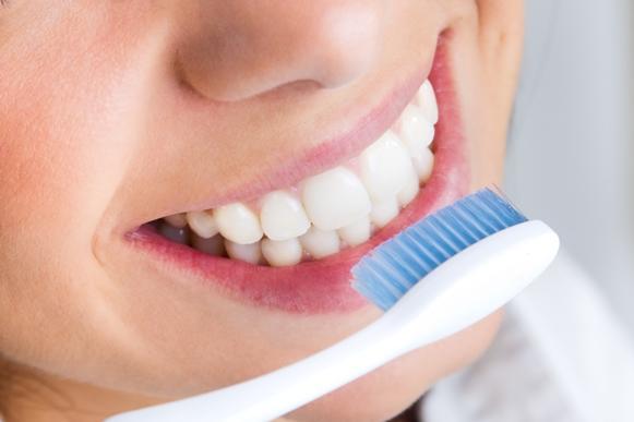 Escove os dentes corretamente. (Foto Ilustrativa)