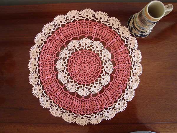 Você pode fazer um pano para mesa que combine com o tapete da cozinha (Foto: Reprodução)