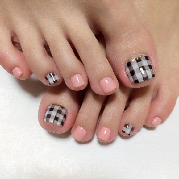 Unhas dos pés decoradas com estilo. (Foto: Reprodução/Cuded)