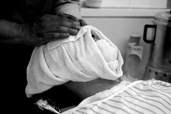 A toalha quente no rosto ajuda a abrir os poros e amaciar os pelos (Foto Ilustrativa)