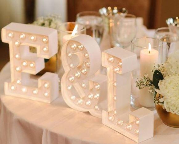 As iniciais dos noivos na decoração. (Foto: Reprodução/MODwedding)