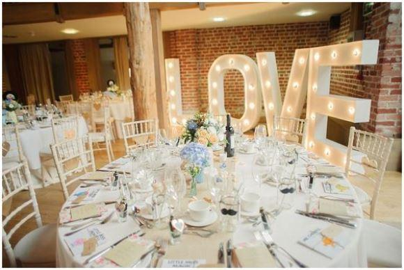 Letras iluminadas na festa de casamento. (Foto: Reprodução/Rock My Wedding)