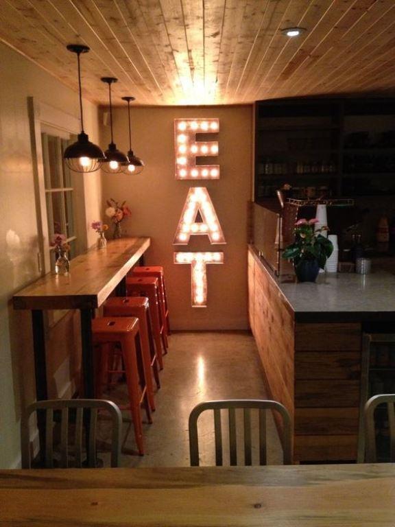 Letras com luzes na cozinha. (Foto: Reprodução/Etsy)