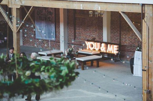 As letras iluminadas permitem decorar de forma criativa. (Foto: Reprodução/Greenweddingshoes)