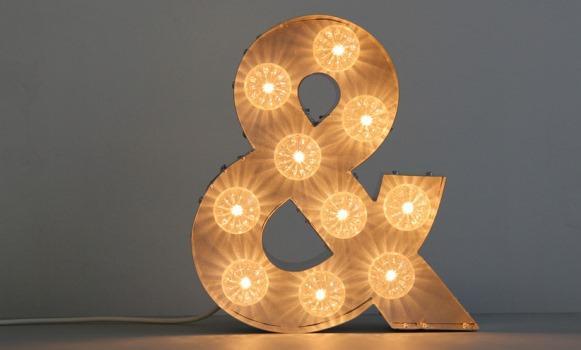 Deixe a decoração muito mais significativa com as letras iluminadas. (Foto: Reprodução/ Signsforhomes)
