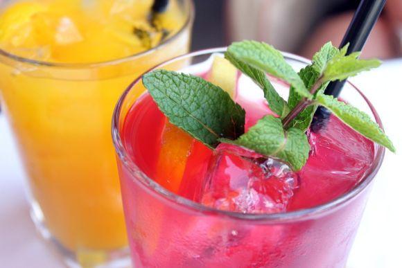 As bebidas alcoólicas precisam ser substituídas por sucos naturais, chás e muita água (Foto Ilustrativa)