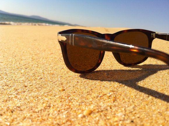 O óculos escuro é um item indispensável na praia (Foto Ilustrativa)