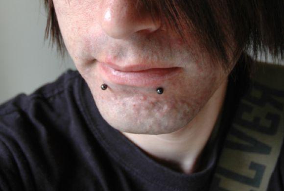 Os piercings para homens estão disponíveis em diferentes versões (Foto Ilustrativa)