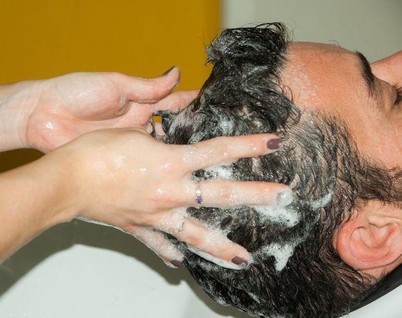 Lavar os cabelos corretamente e com produtos apropriados ajuda a fortalecer os fios (Foto Ilustrativa)