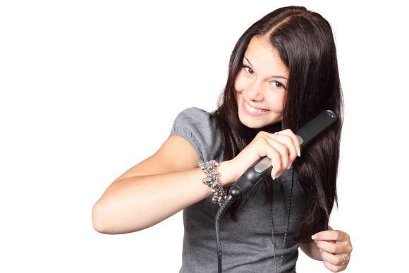 O uso constante de chapinha e secador é prejudicial ao cabelo (Foto Ilustrativa)
