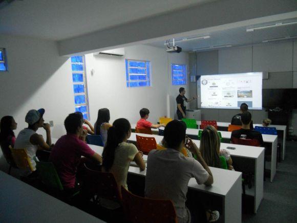 Além de estudar à distância, os alunos da Uaitec também participam de encontros presenciais (Foto: Divulgação Uaitec)
