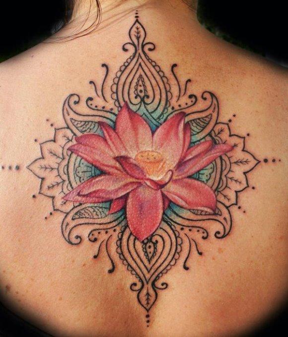 Tatuagem de flor nas costas. (Foto: Reprodução/Cuded)