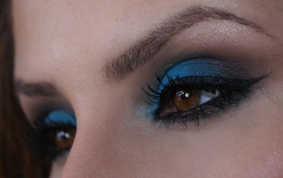 Os tons vibrantes de sombras estão em alta, como é o caso do azul. (Foto: Reprodução/Claudiaguillen)