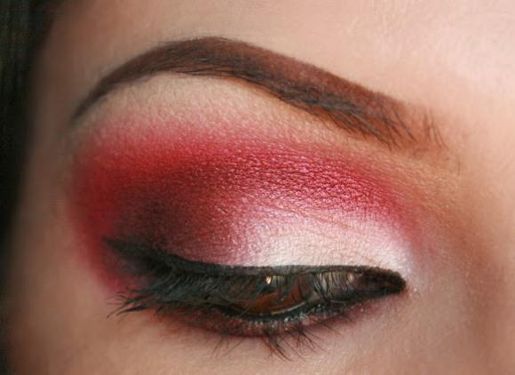 Até o vermelho aparece entre os tons vibrantes de sombras. (Foto: Reprodução/ Makeupartistme)
