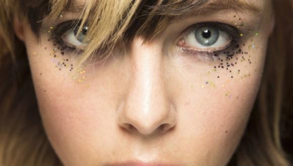 A nova tendência é aplicar glitter no lugar do corretivo. (Foto Ilustrativa)
