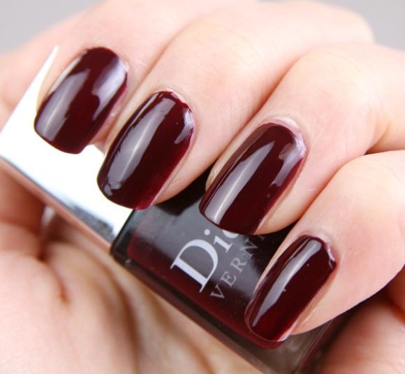 As unhas escuras continuam em alta. (Foto: Reprodução/Beautyboxmagazine)