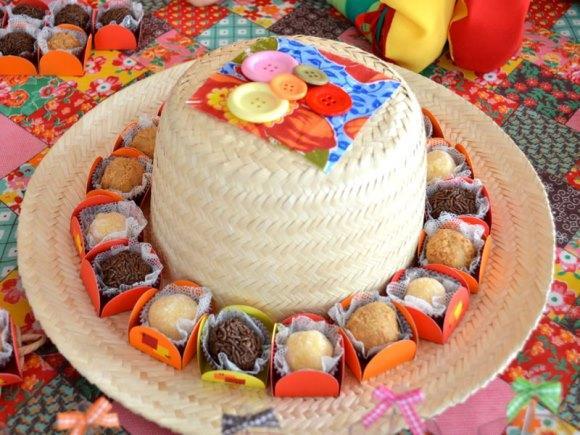 Chapéu de palha usado para organizar os doces. (Foto: Reprodução/ Jujuba Caramelo)