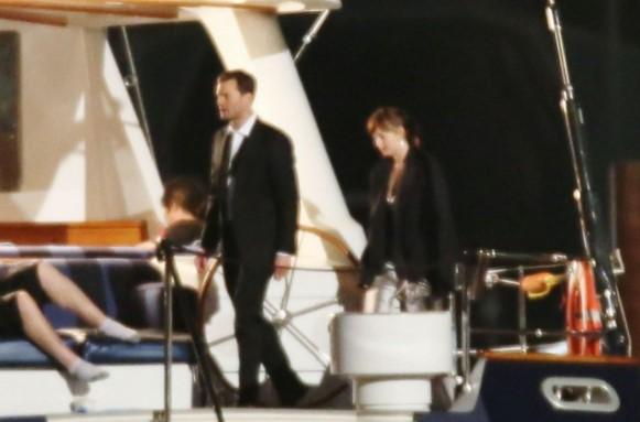 Dakota e Jamie aparecem em um iate. (Foto: Divulgação)