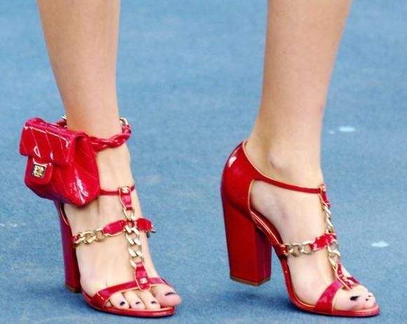Bolsa de tornozelo Chanel. (Foto: Reprodução/Mdemulher)