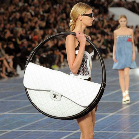 Hula hoop bag, Chanel. (Foto: Reprodução/Popsugar)