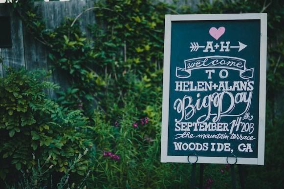 Lousa com os nomes dos noivos. (Foto: Reprodução/ Loveandlavender)