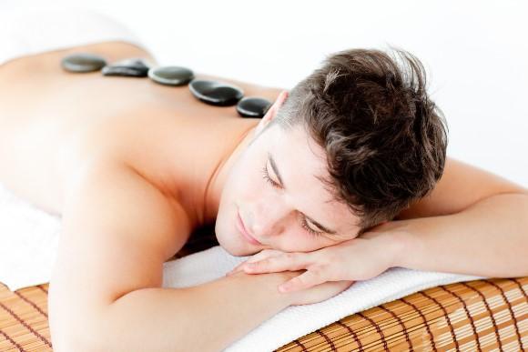 Massagem com pedras quentes. (Foto Ilustrativa)