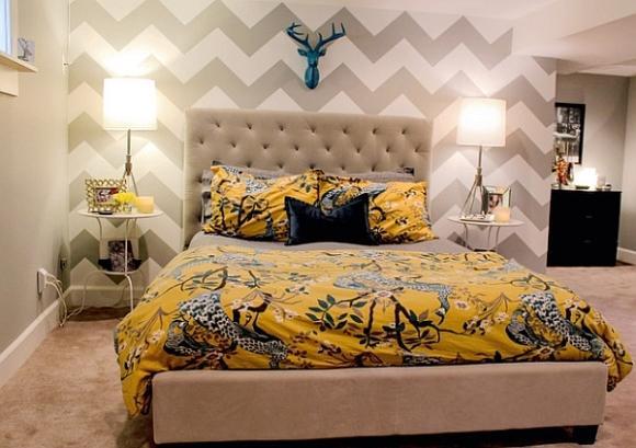 Quarto de casal decorado com papel de parede chevron. (Foto: Reprodução/Room-decorating-ideas)