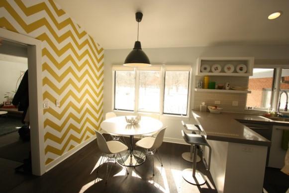 Cozinha decorada com papel de parede chevron. (Foto: Reprodução/Runecraft)