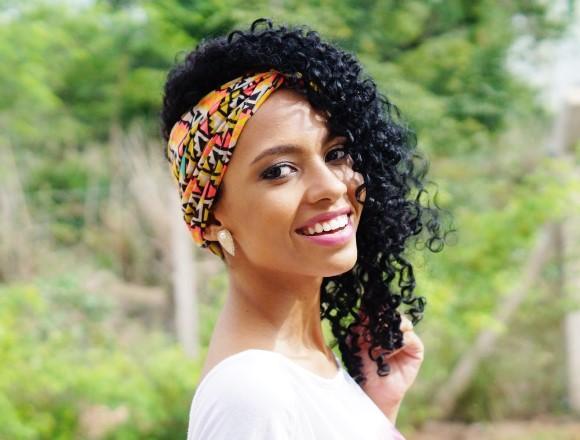Penteado moderno com lenço. (Foto Ilustrativa)