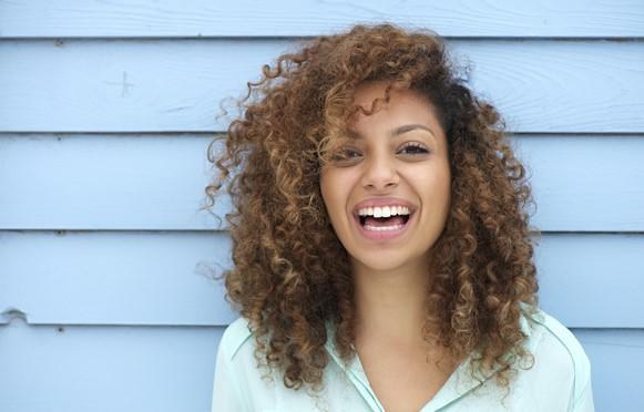 Há muitas possibilidades de penteados para cabelos crespos e cacheados. (Foto Ilustrativa)