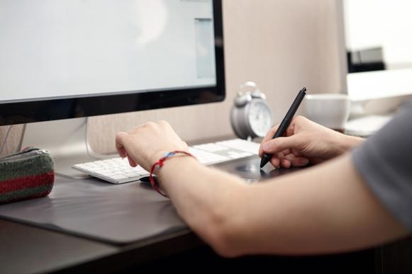 Desenhista de produtos graficos webcam