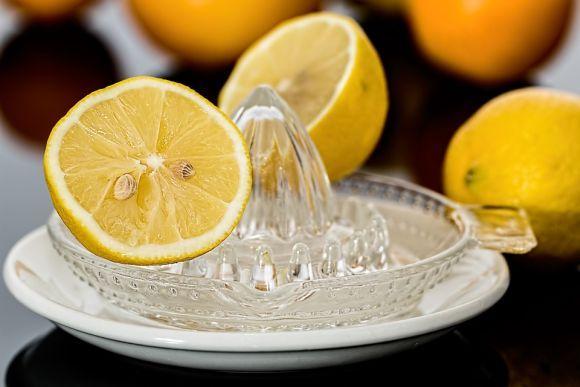 A água com limão refresca e ajuda a queimar gorduras (Foto Ilustrativa)