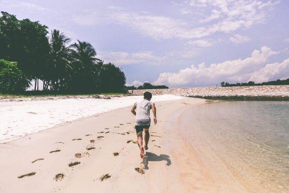 A praia é um bom lugar para fazer exercícios ao ar livre (Foto Ilustrativa)