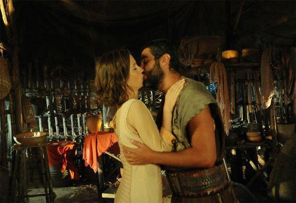 Leila e Gahiji se beijando (Foto: Divulgação Record)