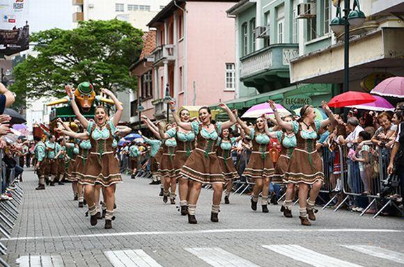 Os desfiles nas ruas de Blumenau também fazem parte da festa (Foto: Divulgação Oktoberfest Blumenau)