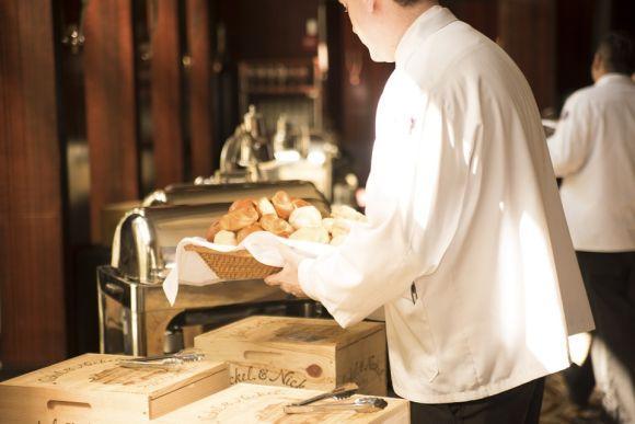 O curso de auxiliar de garçom (cumin) também está entre as opções (Foto Ilustrativa)
