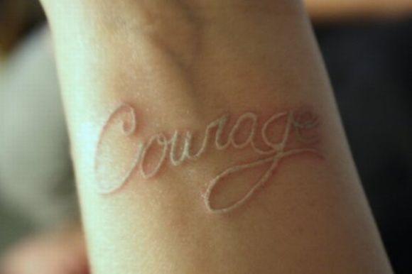 A tatuagem branca precisa de retoques mais frequentes (Foto Ilustrativa)