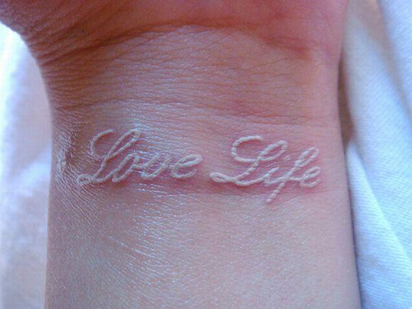 As tatuagens brancas de frases também ficam ótimas (Foto Ilustrativa)