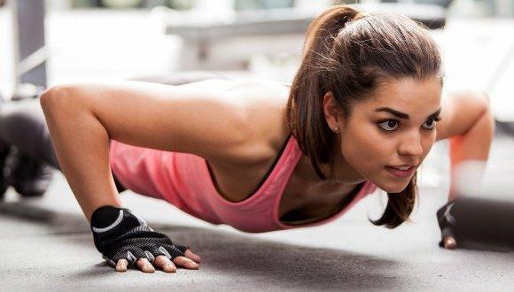 Exercite abdômen e glúteos através da prancha. (Foto Ilustrativa)