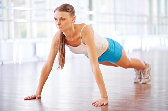 Trabalhe a parte superior do corpo com flexões de braço. (Foto Ilustrativa)