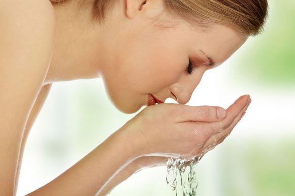 O primeiro passo é lavar o rosto corretamente. (Foto Ilustrativa)