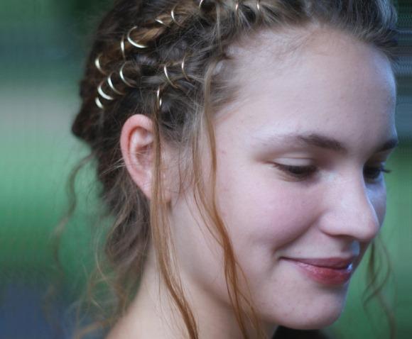 Usar hair rings é uma nova tendência de beleza. (Foto: Reprodução/offbeatbride)