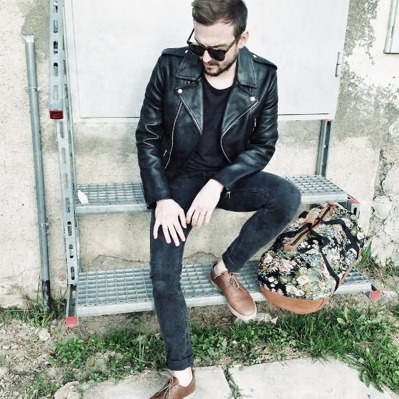 A jaqueta de couro é o símbolo da rebeldia. (Foto: Reproduação/Lookbook.nu)