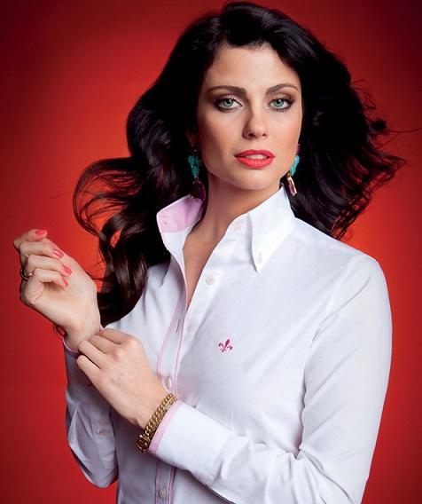 As camisas Dudalina podem ser usadas até mais despojadas, amarradas (Foto: Divulgação)