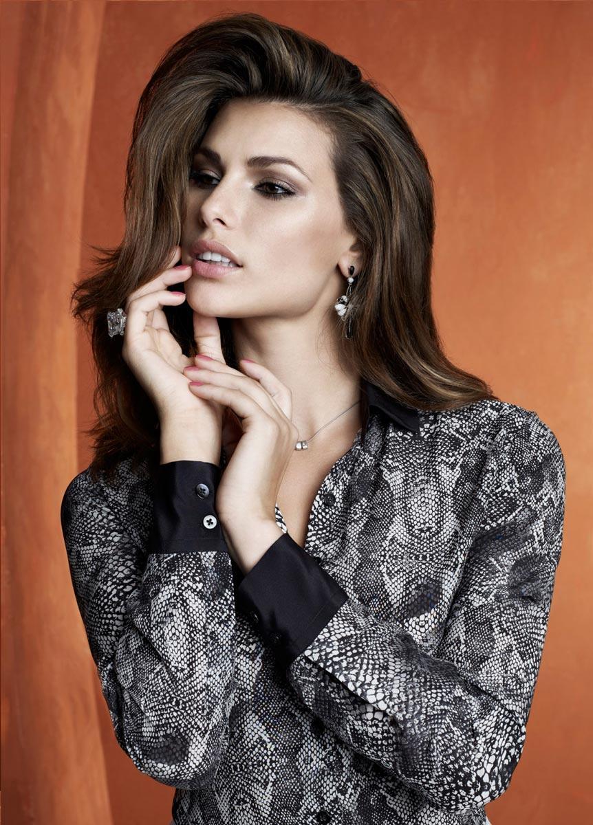 Camisa preta com estampas feminina feminina (Foto: Divulgação)