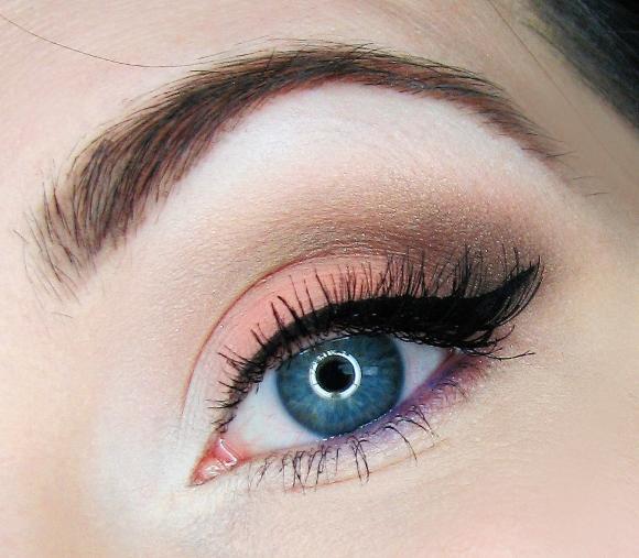 O tom mais claro deve ser aplicado no canto interno de cada olho. (Foto: Reprodução/ Lookglambox)